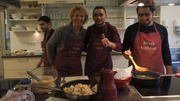 Vor dem Einsatz auf dem Weihnachtsmarkt hat Jutta Lange mit (von links) Read, Yousseff und Mustafa syrische Speisen gekocht.