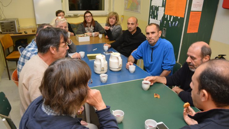 Gespräche am Küchentisch: Gastgeber aus Syrien mit ihren Integrationsbegleitern.