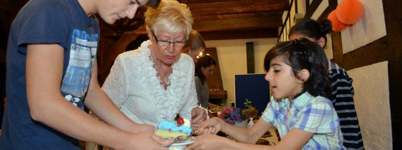 Besonderen Spaß hatten die Kinder der Flüchtlingsfamilien, die am Küchenbuffet aktiv waren und jeden Gast nach seiner Wünschen fragten