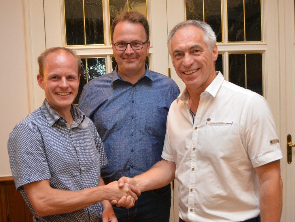 Daniel Reiter (links) wurde zum Nachfolger von Norbert Wessel (rechts) als Vorsitzender von OK! Bad Essen gewählt. Bad Essens Bürgermeister Jens Strebe (mitte) leitete die Wahl. Foto: Eckhard Eilers