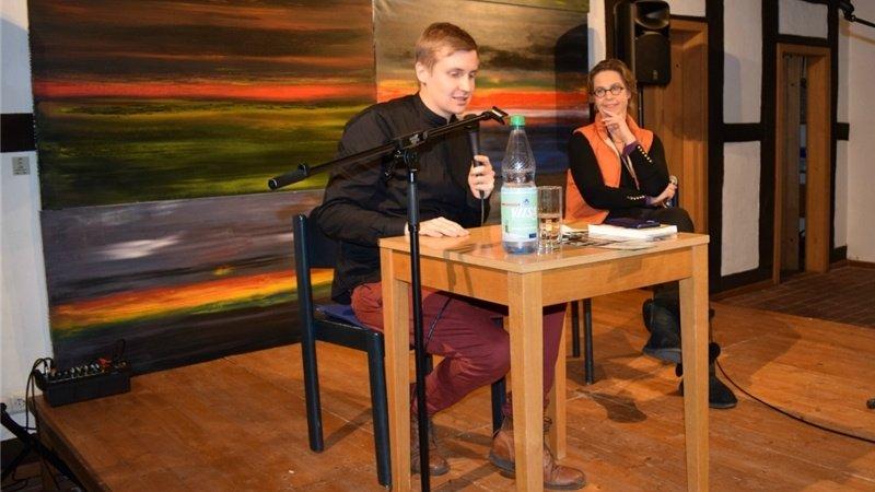 Till Reiners las und diskutierte im Schafstall Bad Essen. Rechts Viktoria von dem Bussche. Foto: Sabine Niemer