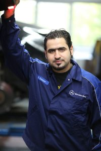 SIEHT EINER BESSEREN ZUKUNFT ENTGEGEN: Seine Tätigkeit im Autohaus Weitkamp gibt Youssef Youssef eine Perspektive und die Hoffnung auf eine bessere Zukunft.
