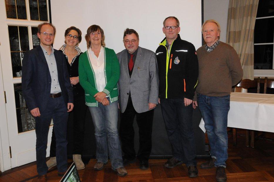Der Vorstand von OK (Offene Kommune) Bad Essen wurde einstimmig wiedergewählt. Von links: Daniel Reitel (1. Vorsitzender) und die anderen Vorstandsmitglieder: Viktoria Freifrau von dem Bussche (2. Vorsitzende), Andrea Wirsching-Schulz (Beisitzerin), Klaus Haasis (Schriftführer), Andreas Rohdenburg (Beisitzer) und Peter Knödgen (Kassenwart).